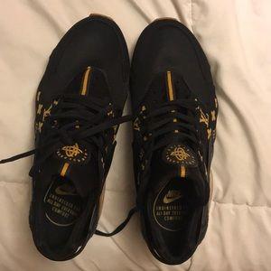 590f79b1577 Louis Vuitton x Supreme Nike Huaraches